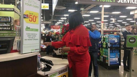 customer using kroger money service